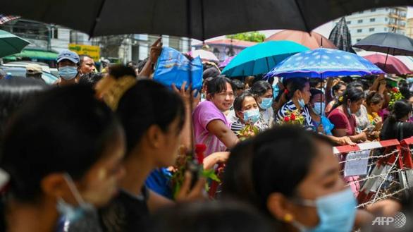Myanmar trả tự do cho gần 2.300 người biểu tình - Ảnh 1.
