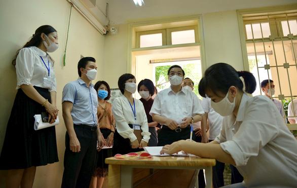 Chủ tịch Hà Nội kiểm tra công tác phòng dịch COVID-19 cho kỳ thi tốt nghiệp THPT - Ảnh 1.