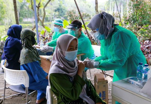 Các nước châu Á ghi nhận số ca COVID-19 kỷ lục, nhận thêm vắc xin - Ảnh 1.
