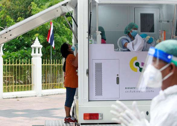 Nội các Thái Lan tự nguyện góp lương chống dịch COVID-19 - Ảnh 2.