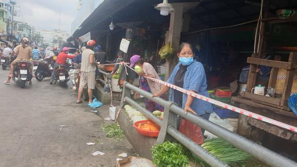 Cá, thịt dồi dào, người dân ngã ngửa khi giá rau, củ gần bằng giá thịt - Ảnh 1.