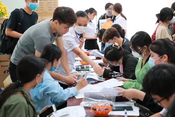 Đại học giảm học phí chia sẻ khó khăn với sinh viên do COVID-19 - Ảnh 1.