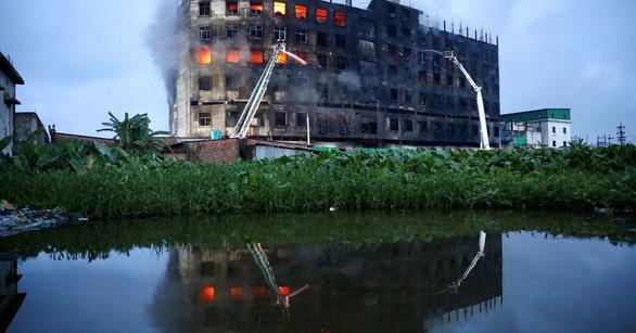 Cháy nhà máy, dập lửa cả ngày không xong, 52 người thiệt mạng - Ảnh 1.