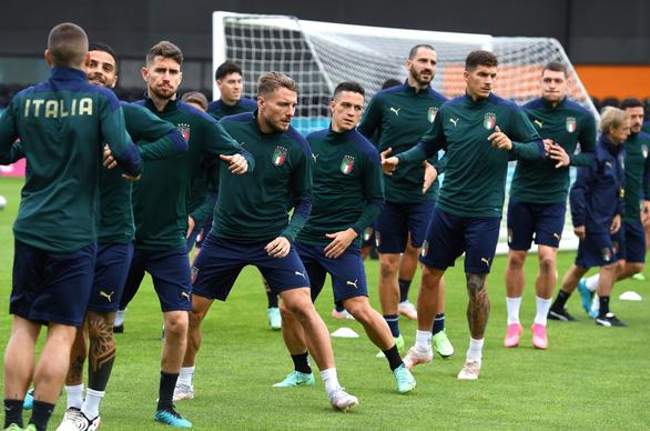 3 nhà báo Ý dương tính với COVID-19, đội tuyển Ý lo sốt vó trước giờ G - Ảnh 1.