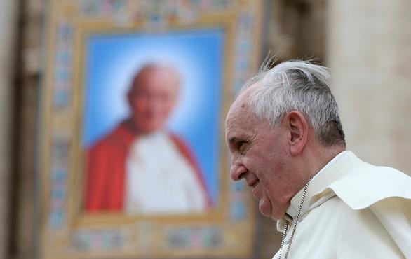 Đức Giáo hoàng Francis đã đi lại được sau ca mổ cắt ruột - Ảnh 1.