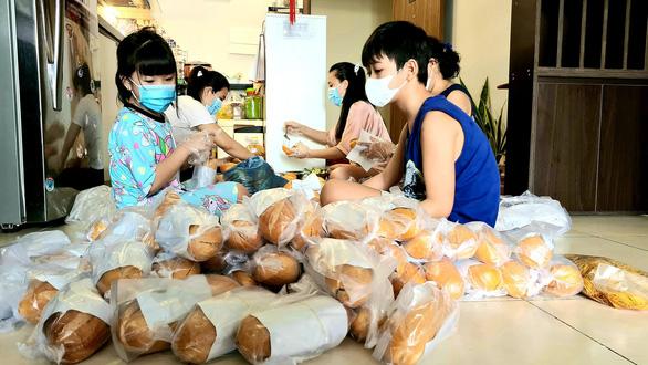 Hoa hậu Hoàn vũ nhí thế giới Bella Vũ và bạn bè với kho quà khủng gửi bà con nghèo - Ảnh 2.