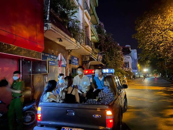 Đột kích, phát hiện hàng chục dân chơi tụ tập ở quán karaoke không phép - Ảnh 1.