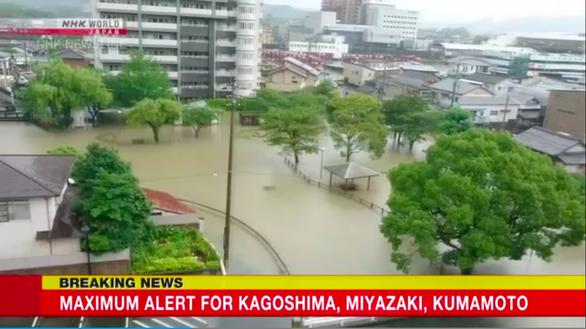 Nhật Bản sơ tán khẩn hơn 120.000 dân vì nguy cơ lũ lụt và sạt lở - Ảnh 1.