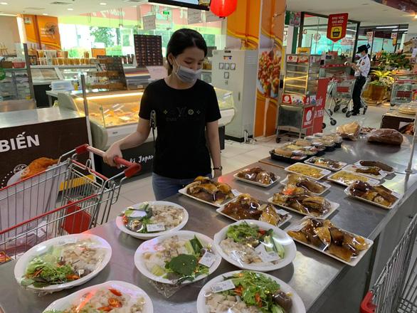 TP.HCM yêu cầu siêu thị, cửa hàng tiện lợi tăng hàng chế biến sẵn sau khi cấm bán thức ăn mang về - Ảnh 1.