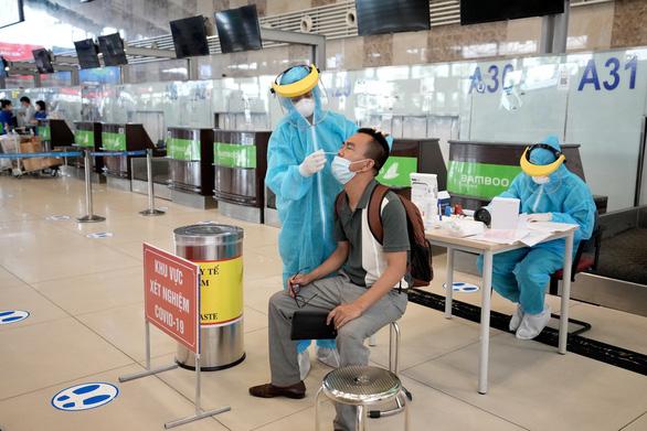 Sân bay Nội Bài cung cấp dịch vụ xét nghiệm COVID-19 cho khách đi máy bay - Ảnh 1.