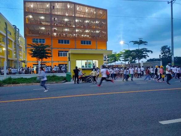 Công nhân xô cổng ở Bàu Bàng được vận động trở lại nhà máy để xét nghiệm - Ảnh 1.