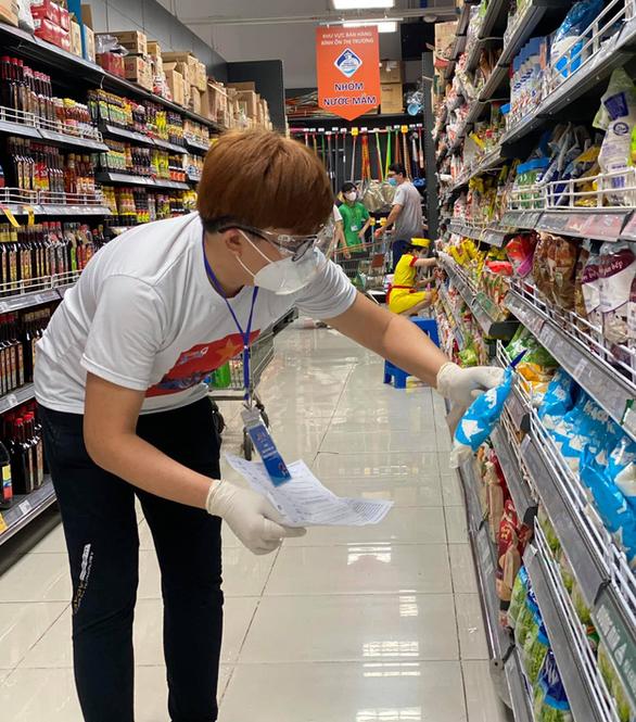 HHen Niê, Đại Nghĩa, Quỳnh Hoa... đi siêu thị giúp người dân - Ảnh 4.
