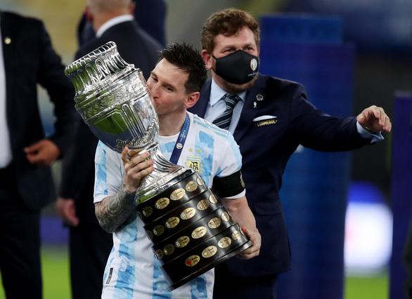 Người hâm mộ khắp thế giới bật khóc khi Messi nâng cúp vô địch Copa America - Ảnh 1.