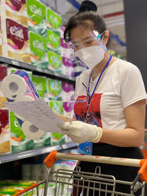 HHen Niê, Đại Nghĩa, Quỳnh Hoa... đi siêu thị giúp người dân - Ảnh 3.