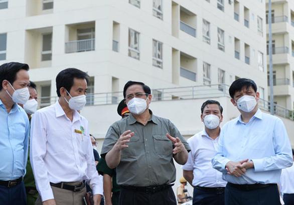 Thủ tướng kiểm tra bệnh viện dã chiến điều trị COVID-19 tại TP Thủ Đức - Ảnh 1.
