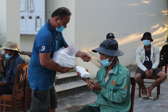 Quảng Ngãi tiếp nhận 47 người đồng bào thiểu số Hrê tính đi bộ từ Khánh Hòa về - Ảnh 1.