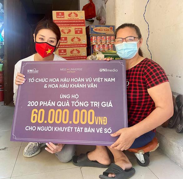HHen Niê, Đại Nghĩa, Quỳnh Hoa... đi siêu thị giúp người dân - Ảnh 2.