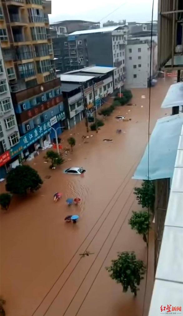 Mưa lớn gây ngập lụt ở Trung Quốc, tàu thuyền bị cuốn đi - Ảnh 3.