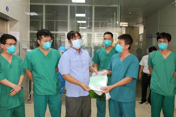 Chiến sĩ công an quận Tân Phú mắc COVID-19 nặng đã xuất viện sau hơn 1 tháng điều trị - Ảnh 2.