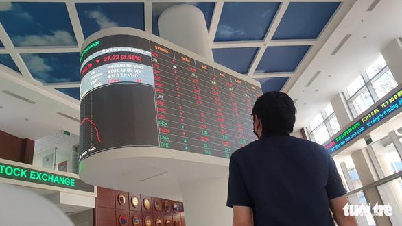 Nhà đầu tư chật vật chọn cổ phiếu sau khi vốn hóa sàn HoSE cũng bốc hơi trên 273.500 tỉ đồng - Ảnh 1.