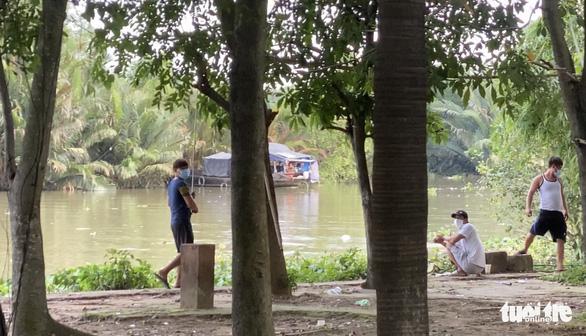 Ra bờ sông câu cá thư giãn, bị phạt 2 triệu đồng - Ảnh 1.