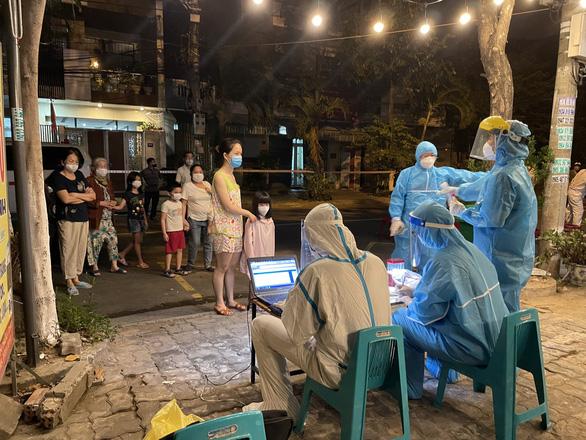 Ca nhiễm mới chưa rõ nguồn lây, Đà Nẵng khoanh vùng xét nghiệm trong đêm - Ảnh 1.