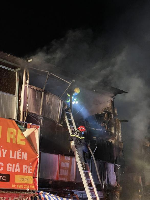 Cháy lớn trong hẻm phong tỏa ở quận 3, 2 nhà bị thiêu rụi, 3 căn khác cháy sém - Ảnh 2.
