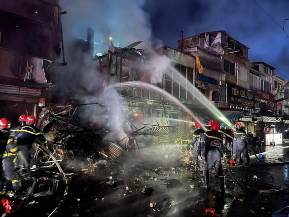 Cháy lớn trong hẻm phong tỏa ở quận 3, 2 nhà bị thiêu rụi, 3 căn khác cháy sém - Ảnh 3.