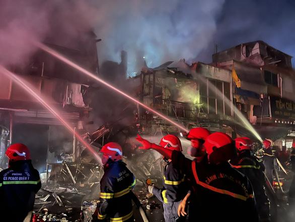 Cháy lớn trong hẻm phong tỏa ở quận 3, 2 nhà bị thiêu rụi, 3 căn khác cháy sém - Ảnh 4.
