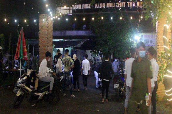 Hơn 50 thanh niên tụ tập tại quán nhậu mừng sinh nhật giữa mùa dịch - Ảnh 1.