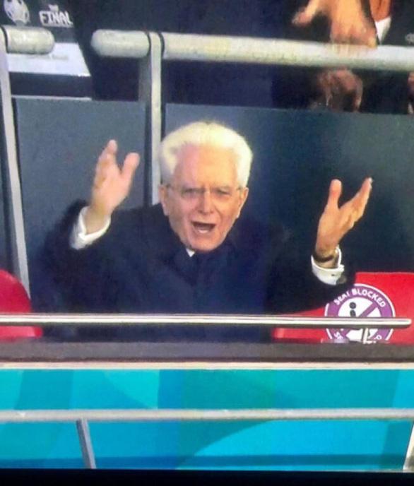 Hoàng tử Anh 7 tuổi buồn thiu, còn Tổng thống Ý Mattarella 79 tuổi phấn khích gây sốt - Ảnh 1.