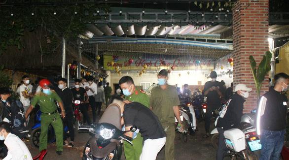 Tụ tập ở quán nhậu mừng sinh nhật, 53 thanh niên bị phạt hơn 100 triệu đồng - Ảnh 1.