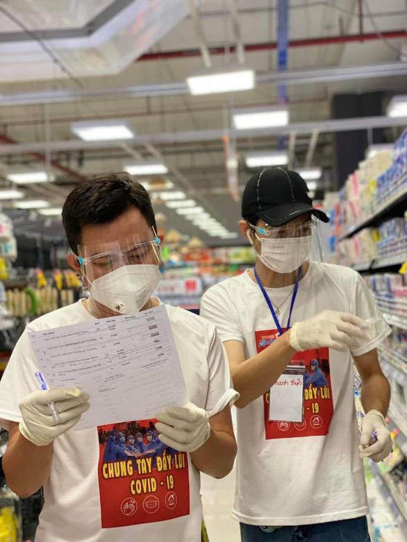 Đội tình nguyện viên đi siêu thị giùm người dân - Ảnh 3.