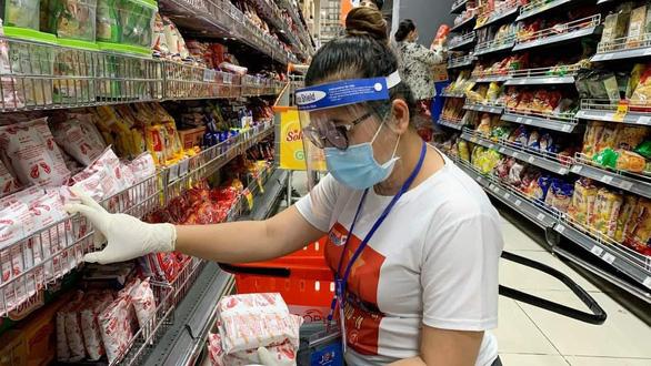 Đội tình nguyện viên đi siêu thị giùm người dân - Ảnh 4.