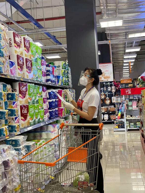 Đội tình nguyện viên đi siêu thị giùm người dân - Ảnh 5.