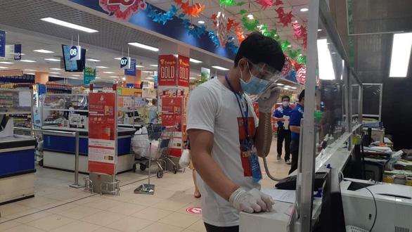 Đội tình nguyện viên đi siêu thị giùm người dân - Ảnh 7.