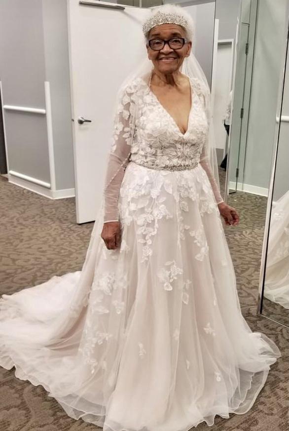 Chờ 70 năm để diện váy cưới trắng tinh - Ảnh 1.