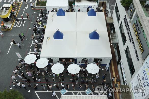 Hàn Quốc bắt đầu giãn cách xã hội nghiêm ngặt ở thủ đô - Ảnh 1.