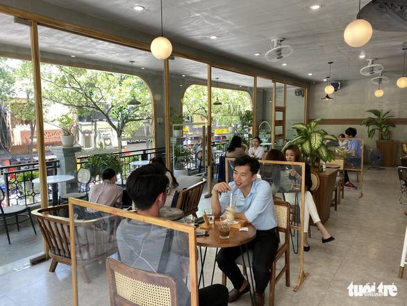 NÓNG: Từ 0h ngày 13-7, Hà Nội đóng cửa quán cà phê, quán ăn, cửa hàng cắt tóc... - Ảnh 1.