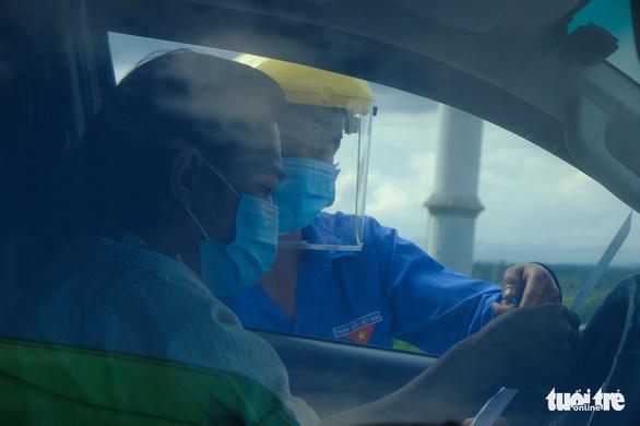 2 tỉnh không nhận, vạ vật ăn ngủ trên xe suốt tuần vì giấy thông hành - Ảnh 3.