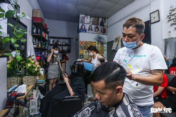 Đàn ông Hà Nội chạy đua đi cắt tóc trước giờ G - Ảnh 1.