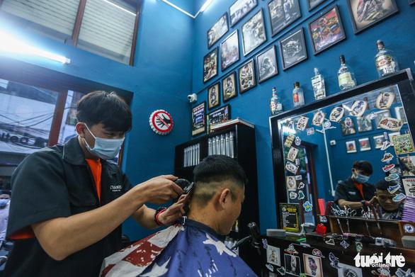 Đàn ông Hà Nội chạy đua đi cắt tóc trước giờ G - Ảnh 4.