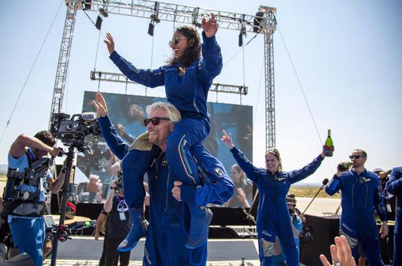 Tỉ phú Branson bay thành công vào vũ trụ - Ảnh 1.