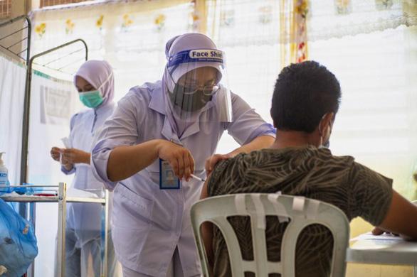 Dịch ở Malaysia sắp ổn định, các nước châu Á đẩy mạnh tiêm vắc xin - Ảnh 1.