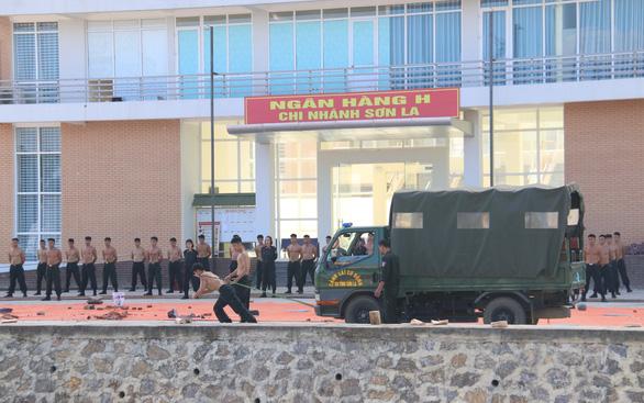 Cảnh sát cơ động, công an diễn tập phòng, chống khủng bố - Ảnh 2.