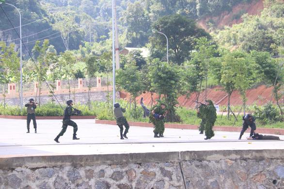 Cảnh sát cơ động, công an diễn tập phòng, chống khủng bố - Ảnh 3.