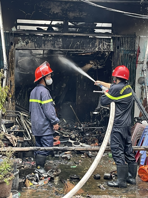 TP.HCM: Cháy nhà dưới cầu Chánh Hưng, phát ra nhiều tiếng nổ - Ảnh 2.