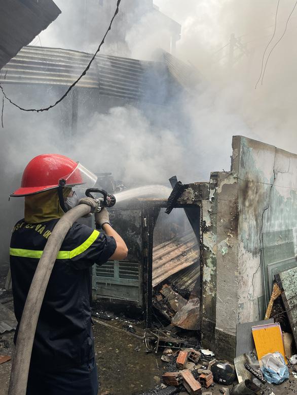 TP.HCM: Cháy nhà dưới cầu Chánh Hưng, phát ra nhiều tiếng nổ - Ảnh 3.