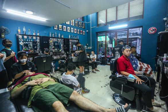 Đàn ông Hà Nội chạy đua đi cắt tóc trước giờ G - Ảnh 5.