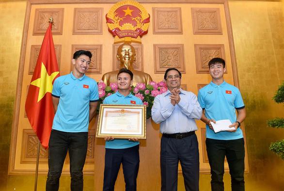 Thủ tướng Phạm Minh Chính tặng bằng khen cho đội tuyển Việt Nam - Ảnh 1.